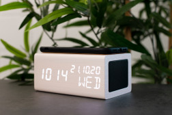AVENWOOD induktiv 10W charging White Wecker with Speaker